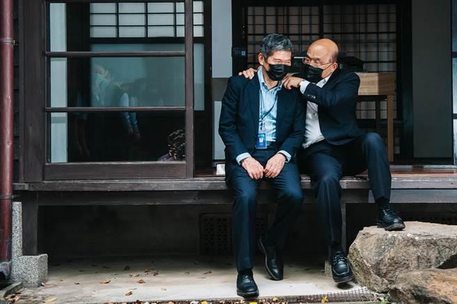 記者會後,行政院長蘇貞昌(右)與文化部長李永得(左)在台灣文學基地談天,蘇貞昌更回憶起在日式建築為母親按摩的往事。(郭吉銓攝)