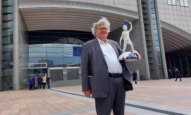 比蒂科夫是欧盟议会中国议题工作小组的负责人,是一位活跃的中国问题专家,经常大声批评中共,也因此与其他数名欧盟议员最近遭到北京制裁,限制其入境中国。(图/推特@bueti)