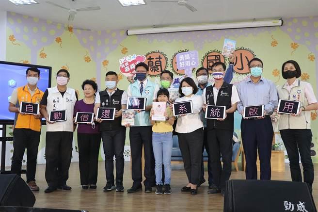 嘉義市長黃敏惠啟用自助借還書系統。(廖素慧攝)