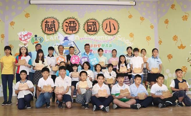 市長黃敏惠表揚閱讀小達人。(廖素慧攝)