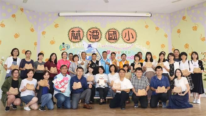 市長黃敏惠表揚閱讀領航員。(廖素慧攝)