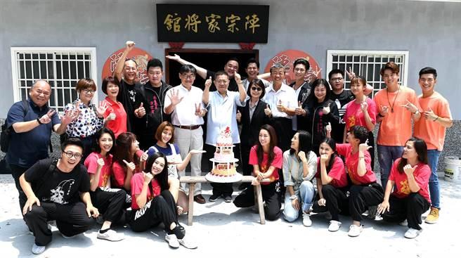 《神將少女八家將》劇組為製作人黎竹平慶生。(華視提供)