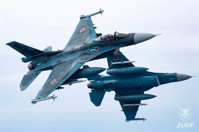 日空自的2架F-2戰機,22日於進行公關拍攝任務時不慎發生擦撞。圖為空自F-2。(圖/航空自衛隊臉書)