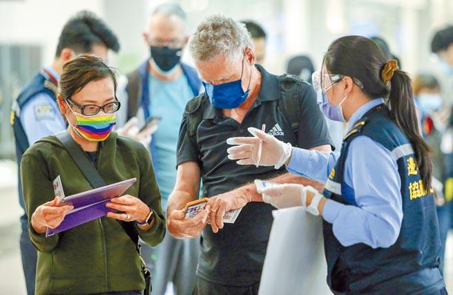 美國更新新冠肺炎全球旅遊警示,台灣第1級「行使常規預防措施」,突然掉到第3級「重新考慮前往」。圖為桃園機場內入境的外國旅客。(陳麒全攝)