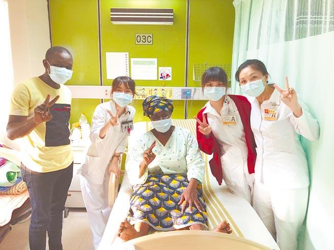 杰妈妈(中)与长庚医护团队合影,左为杰先生的弟弟。(长庚医院提供/林周义台北传真)