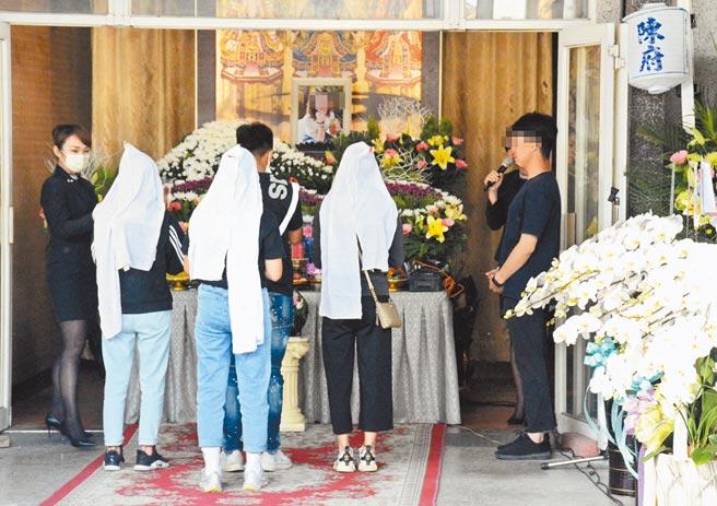 屏東萬丹鄉假車禍擄人殺害案,被殺害的曾女22日告別式,親友到場致意,送她最後一程,場面哀戚。(林和生攝)