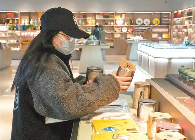 大陸文物考古遇上潮流盲盒,圖為遊客在河南博物院文創區選購「考古盲盒」。(新華社)