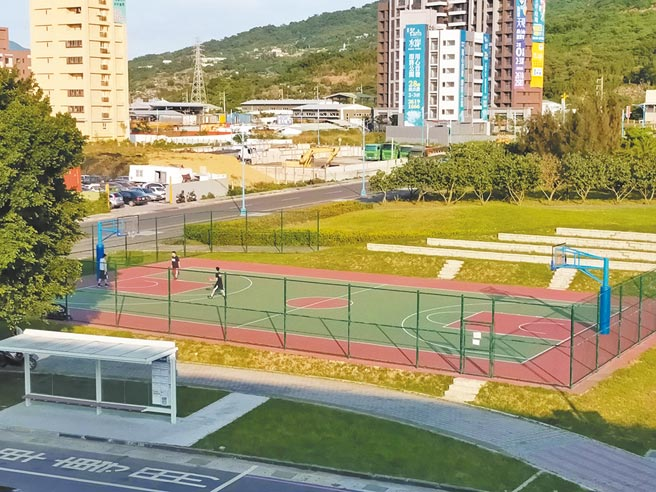 「新北運動中心2.0計畫」活化舊有公有空間,體育處選定八里區3處戶外籃球場再進化,其中八里行政中心旁的頂罟籃球場,為符合周圍公園意象,以樹木形象為設計。(戴上容攝)