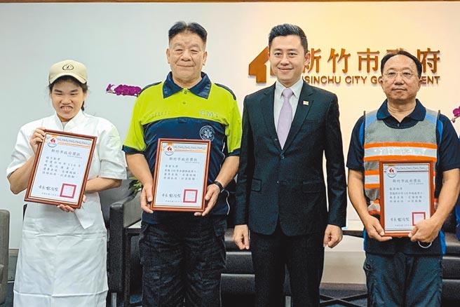 市長林智堅(右二)頒獎狀給3位模範勞工,全國模範勞工周普天(右)、市模範勞工龍澐翔(左二)及趙力勤(左)。(羅浚濱攝)