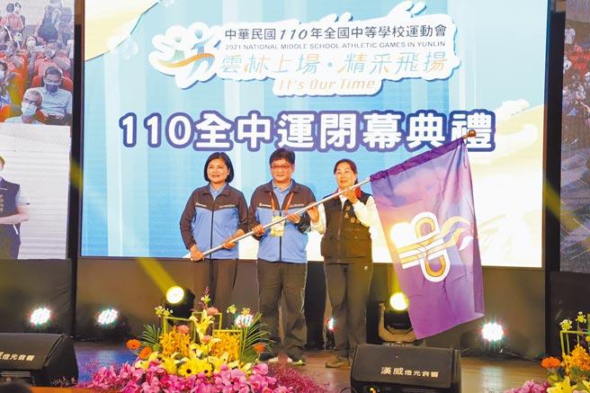雲林縣長張麗善(左)將全中運會旗交給明年承辦的花蓮縣長徐榛蔚(右),中間為體育署副署長洪志昌。(周麗蘭攝)
