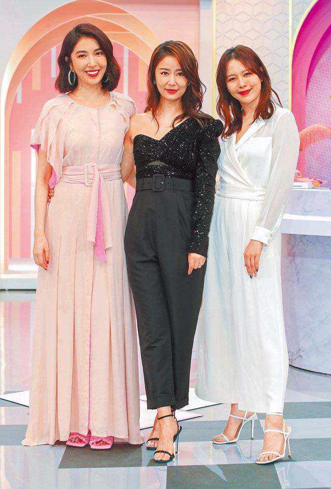 楊謹華(左起)、林心如、劉品言昨上節目示範女神級復古裝扮。(粘耿豪攝)