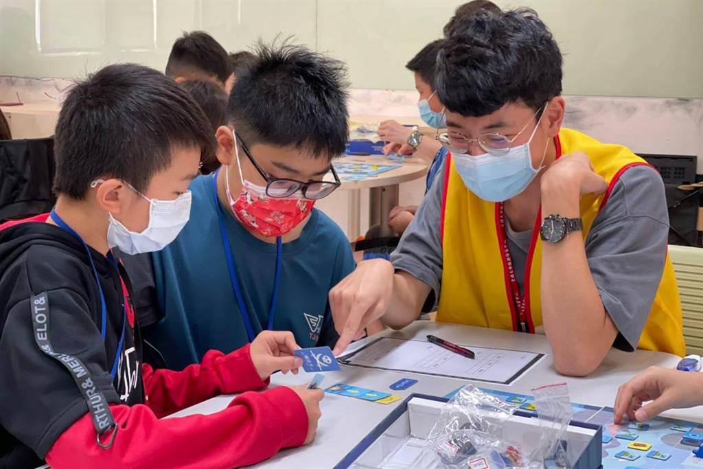 陽明交大與台積電共同合作舉辦科技體驗營,透過桌遊讓學童理解程式概念。(陽明交大提供/羅浚濱新竹傳真)