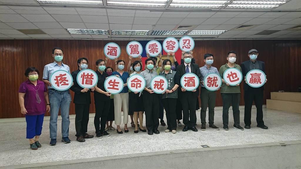 台南市衛生局與台灣酒駕防制社會關懷協會召開檢討會,找出防制酒駕得更好方式。(程炳璋攝)