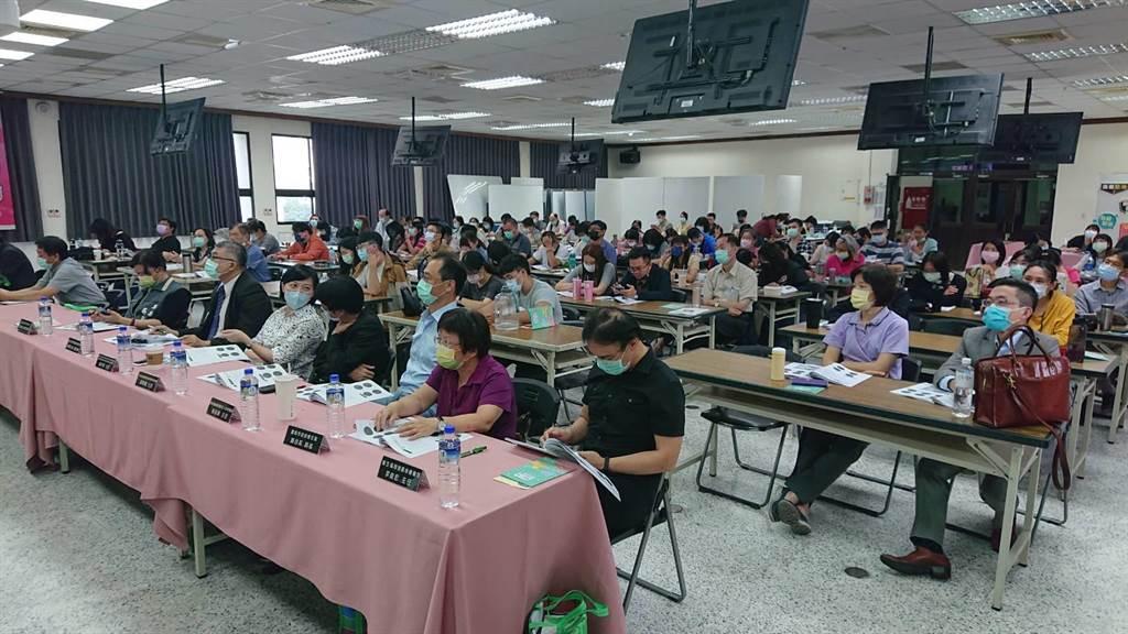 台南市衛生局與台灣酒駕防制社會關懷協會召開防酒防制檢討會,現場有許多醫護與社工師參與。(程炳璋攝)
