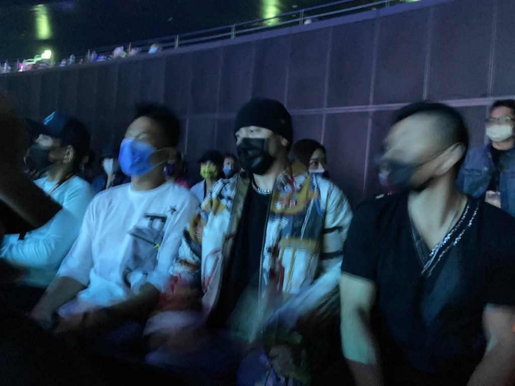 周杰倫(中)今出席觀賞玖壹壹演唱會,左為小刀。(黃雯犀攝)
