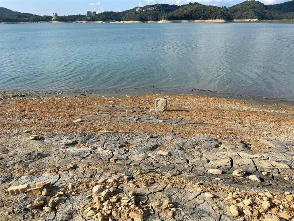 日月潭因為天旱不雨,逐漸露出湖底,民眾在伊達邵附近水域,發現疑似178年前的清朝道光年間墓碑。(日月潭一等高提供/盧金足南投傳真)