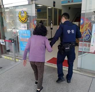 老婦散步迷失方向 帥警牽她手幫找回家路