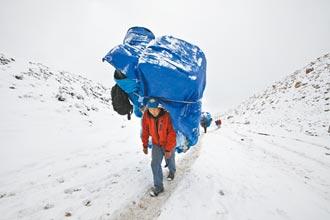 新冠病毒攻上珠峰 登山客、雪巴嚮導齊染疫