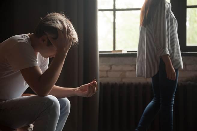 女友8年內出軌5次,最後1次出軌時還意外懷孕,全然不知的男友得知懷孕後還提出求婚。(示意圖/Shutterstock提供)