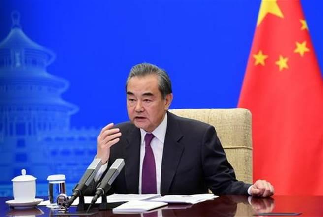 2021年4月23日晚,陸國務委員兼外長王毅在北京同美國對外關係委員會進行視頻交流。(陸外交部官網)