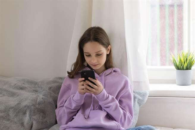 1名女網友日前與媽媽在手機訊息中聊天,竟誤將「與舅舅吃飯」手機選字成「與舅舅炒飯」。(示意圖/Shutterstock提供)