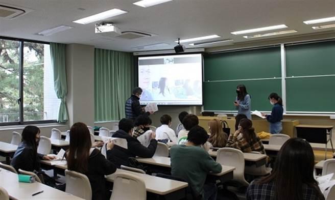 東吳大學林建州老師於企管系開設全英語授課課程「設計與精實管理」。(圖/東吳大學提供)