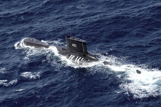 外界估計,缺氧加上下沉過深,神鋤號艦上53人孔全罹難。圖為該艦2014年演訓時所攝。(圖/美聯社)