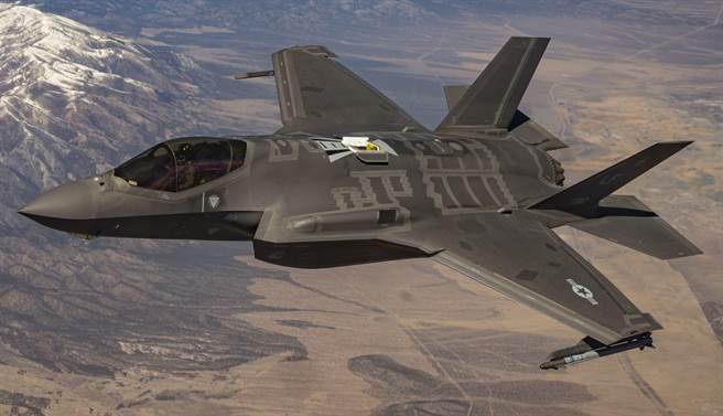 1架F-35隱形戰機2021年3月18日在內華達測試與訓練靶場(Nevada Test and Training Range)上空飛行的畫面。(美國空軍)