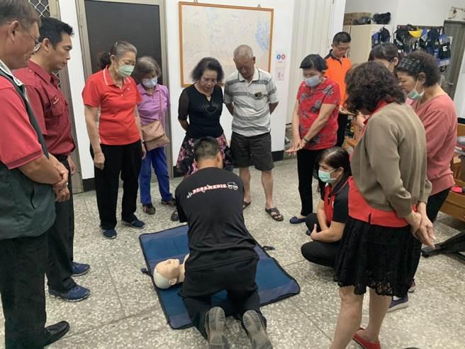 台南市官田區二鎮社區媽媽教室成員至消防隊學CPR。(讀者提供/劉秀芬台南傳真)