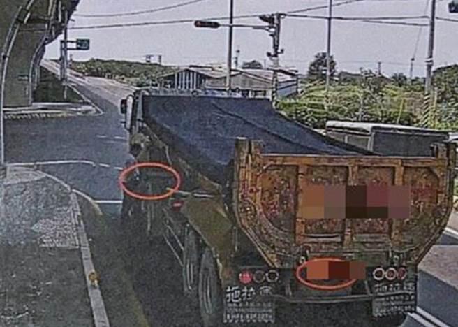 砂石車司機一時內急,車子停在馬路中等紅燈,就直接開車門下車撒尿,將因此吃上2張、共1500元罰單。(警方提供/謝瓊雲彰化傳真)