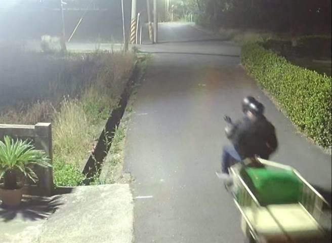 蒜頭賊半夜騎著機車加掛拖車作案。(讀者提供/劉秀芬台南傳真)