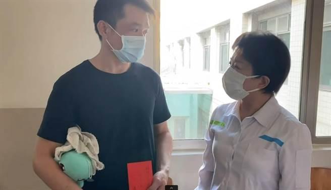 市長盧秀燕(右)24日趕赴豐原醫院探視男童,關懷慰問家屬,並致贈慰問金。(讀者提供/張妍溱台中傳真)