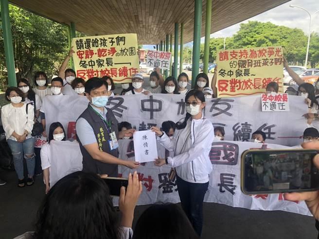 多位學校老師及家長在遴選會議進行之前,在宜蘭縣政府門口高舉布 條並遞交陳情書,表達反對劉靜怡連任的立場。(胡健森攝)