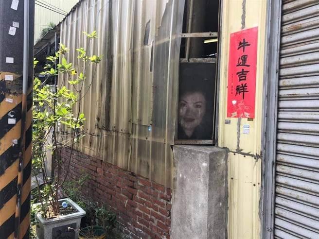 網友發現,路邊民宅窗子上有一個臉色蒼白的女性臉孔對著他猛看,看起來相當詭異。(翻攝靈異公社)