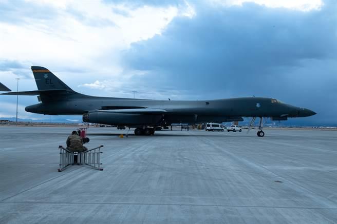 B-1B轟炸機被發現燃料供應系統出現問題,可能導致後燃器無法運作,因此美空軍已下令B-1B全機隊無限期停飛。(圖/DVIDS)