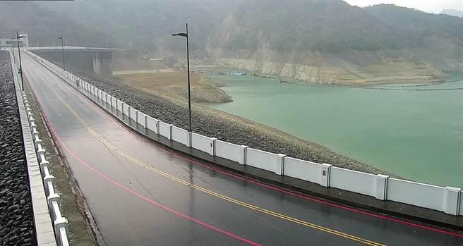 台南曾文水庫壩頂靠楠西方向下雨了,但雨水沒下在集水區,對水情助益不大。(南水局提供/劉秀芬台南傳真)