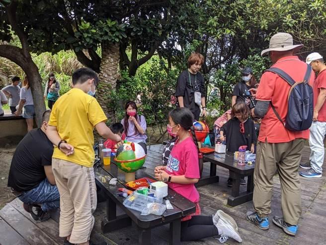 新北市萬里區野柳地質公園希望將園區內海洋廢棄物廢物利用,配合世界地球日,今(24日)舉辦「浮球百人聚繪」。(野柳地質公園提供)
