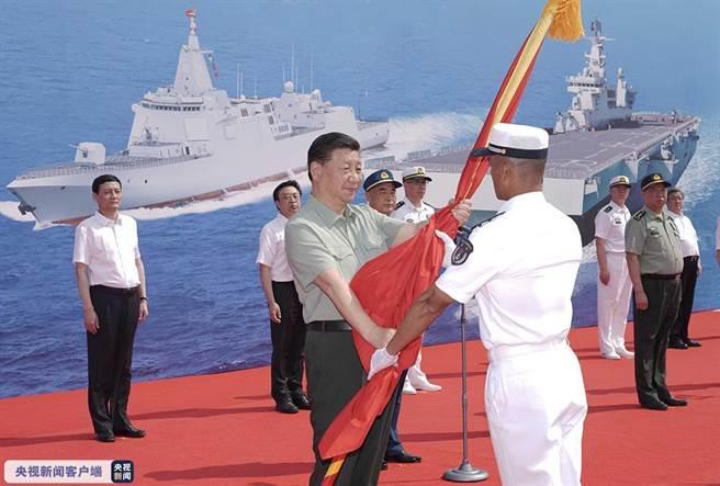 習近平在三亞出席海軍三型主戰艦艇集中交接入列活動。(圖/擷自大陸央視)