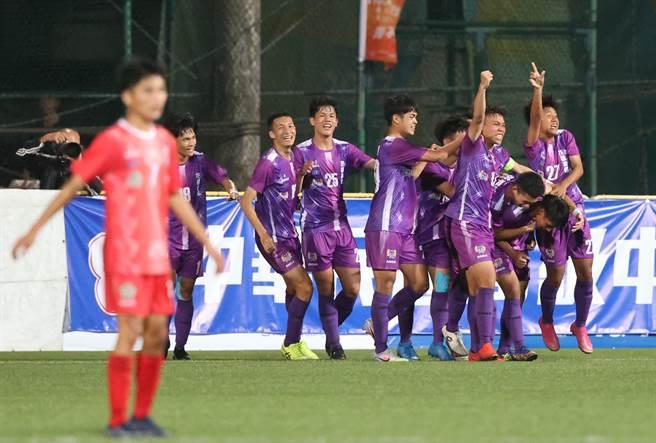 花蓮高農在延長賽攻破花蓮高中大門,以1比0贏得隊史第4座高中足球聯賽冠軍。(高中體總提供)