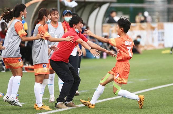 惠文高中賴聿祺(右)下半場射入超前進球後,衝到場邊跳到教練李綉琴身上慶祝。(高中體總提供)