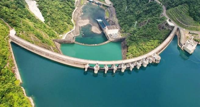 中南部多座水庫見底,即便降雨也沒下在集水區,但翡翠水庫23日進帳280萬噸雨水,蓄水量上升0.19%。(圖/翡翠水庫管理局)