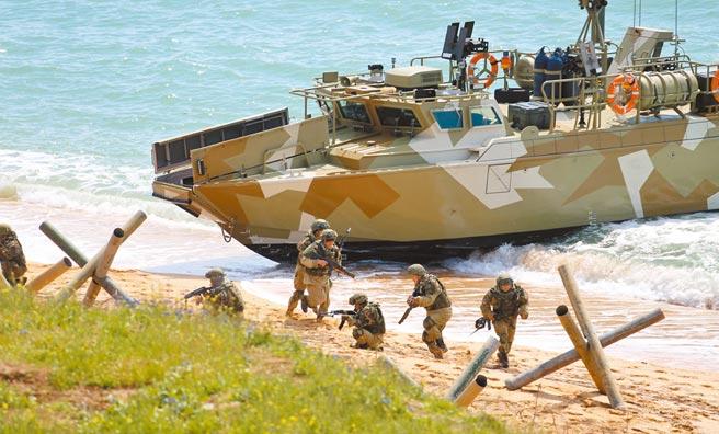 俄羅斯部隊22日在克里米亞半島舉行跨軍種演習,出動1萬多名官兵、1200多輛軍事裝備和40多艘戰艦與20艘補給船等。克里米亞原屬於烏克蘭,2014年3月被俄國兼併,西方國家自此對俄實施經濟制裁。(中新社)