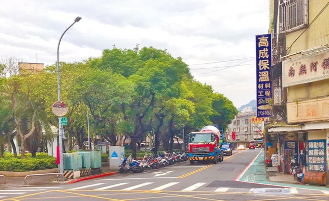 北市三興段社宅施工單位違反交維計畫,讓水泥車穿梭巷弄。(台北市議員許家蓓研究室提供/張立勳台北傳真)
