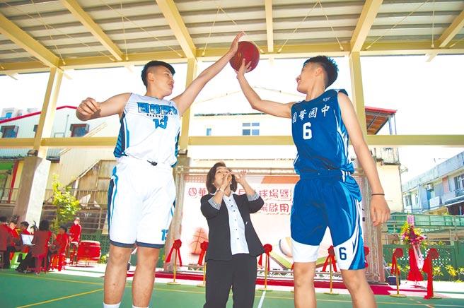 宜兰县长林姿妙在国华国中篮球场整建完工启用典礼上主持开球仪式。(宜兰县政府提供/胡健森宜兰传真)