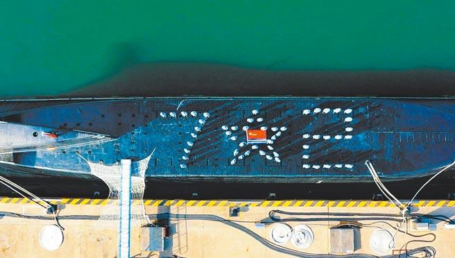 中共解放軍海軍建軍72周年,官兵在潛艇上擺出72圖案。(新華社)