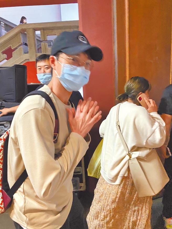 江宏傑昨晚被問訴請離婚一事未回應,僅以雙手合十感謝外界關心。(洪秀瑛攝)