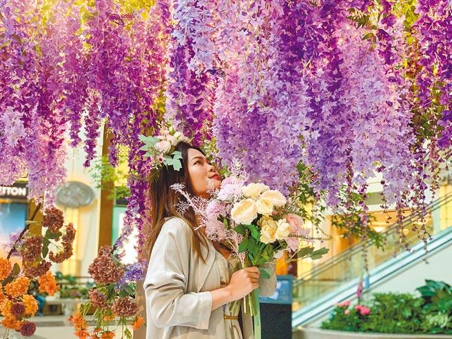 台北101「紫色祕境花園」即日起在4樓都會廣場展出。(台北101提供)