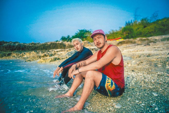 婁峻碩(左)新歌MV赴小琉球取景,KID現身力挺。(想不到音樂工作室提供)