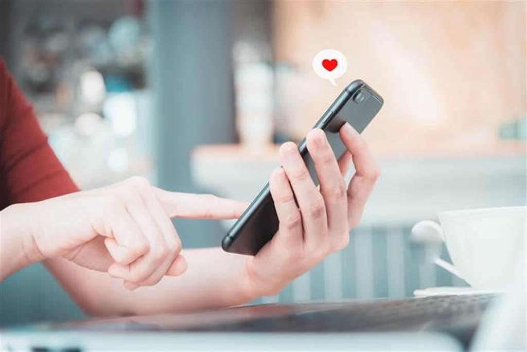 男網友表示,自己刪除女友手機中上任的LINE後,女友大發雷霆,要求分手或是拿50萬出來。(示意圖/達志影像)