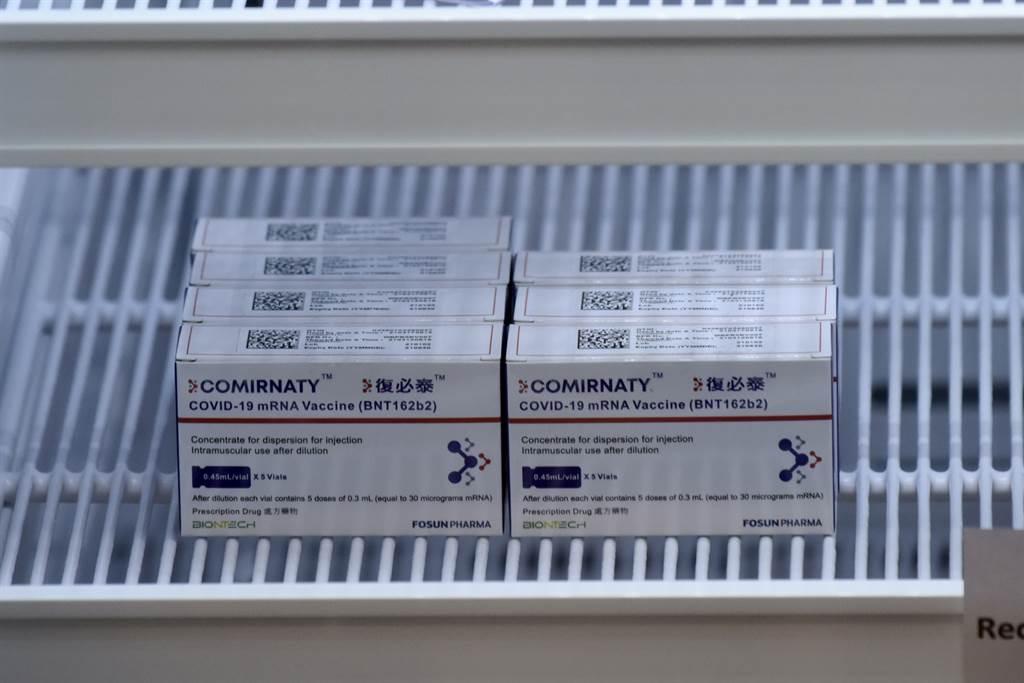 由美國輝瑞與德國BioNTech合作研發疫苗,預計在7月之前獲大陸批准使用。目前該款疫苗已在大陸復星醫藥製造,名為「復必泰」,已在香港及澳門使用,但先前一度傳出有包裝瑕疵。(圖/中新社)